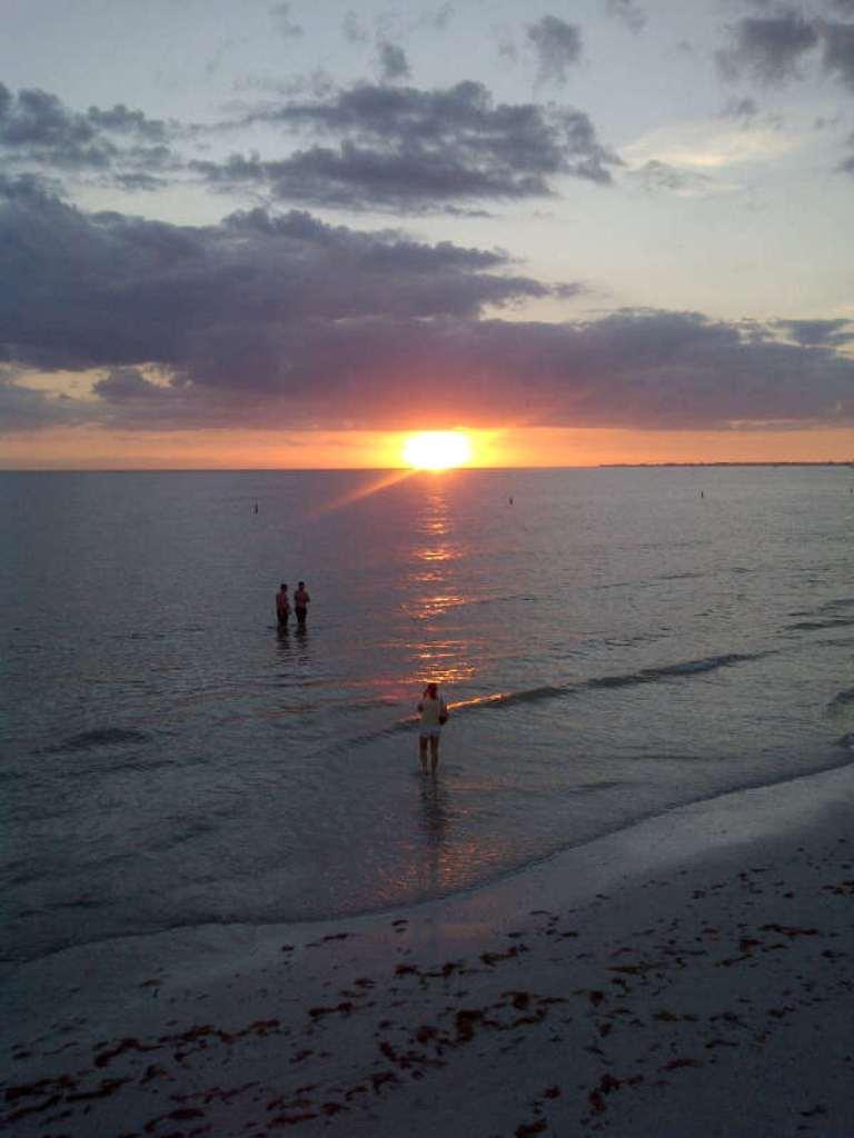 Resultado de imagen de persona contemplando un amanecer