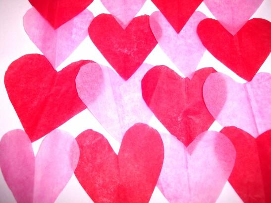 corazones rojos rosas
